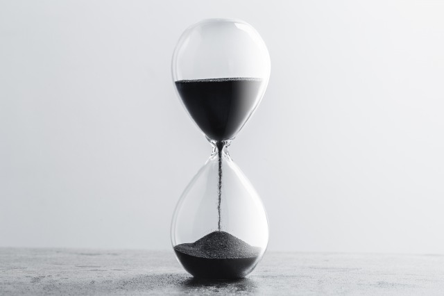 ysc-close-up-hourglass-on-table
