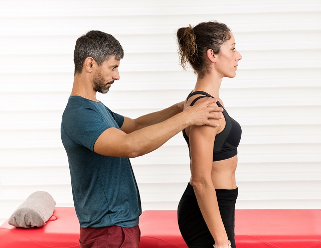 YSCMale osteopath doing a postural evaluation